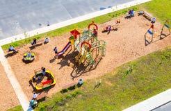 Красочная спортивная площадка ` s детей для детей в новом жилом районе Стоковое фото RF