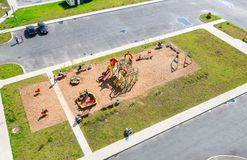 Красочная спортивная площадка ` s детей для детей в новом жилом районе Стоковые Фотографии RF