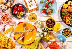 Красочная среднеземноморская еда на белом столе для пикника Стоковое Изображение