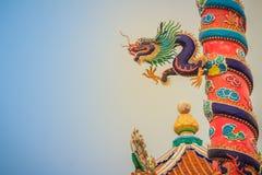 Красочная статуя китайского дракона обернутая вокруг красного штендера залива Стоковое Фото
