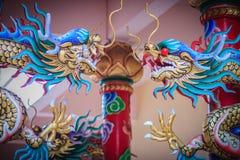 Красочная статуя китайского дракона обернутая вокруг красного штендера залива Стоковые Изображения
