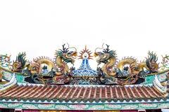 Красочная статуя дракона на крыше виска фарфора на белизне. Стоковое Изображение