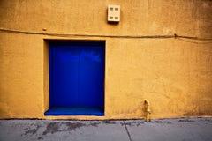 Красочная стена пути переулка с голубой дверью в Prescott Аризоне стоковое фото