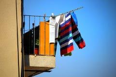 Красочная стирка или прачечная вися вне для того чтобы высушить в солнце на b стоковые фотографии rf