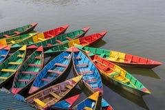 Красочная стоянка шлюпок Непала в озере Phewa стоковые фотографии rf