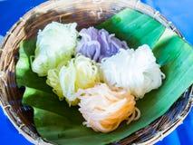 Красочная тайская лапша стиля в корзине Стоковые Фото