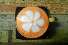 Красочная тайская чашка чая на деревянной предпосылке Стоковая Фотография