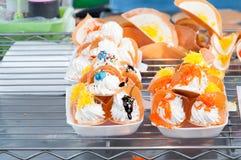 Красочная тайские традиционные сладостные закуска и десерт, тайский кудрявый блинчик или тайские crepes заполненные с сладостным  Стоковые Фото