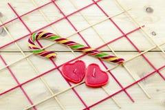 Красочная тросточка конфеты и свечи сердца форменные Стоковые Изображения