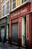 Красочная узкая улица в марселе, Франции стоковые фотографии rf