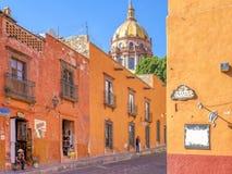 Красочная улица San Miguel, Мексика Стоковые Фотографии RF