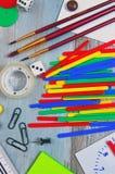 Красочная шестерня школы на таблице стоковое фото
