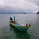 Красочная шлюпка на море стоковые фото