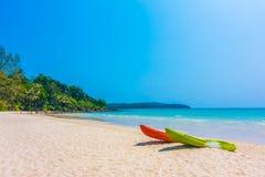 Красочная шлюпка каяка на пляже и море Стоковые Изображения RF