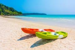 Красочная шлюпка каяка на пляже и море Стоковое Изображение