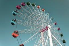 Красочное гигантское колесо ferris против неба Стоковое фото RF