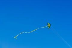 Красочное летание змея на небе лета голубом Стоковые Изображения RF