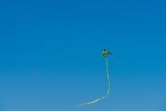 Красочное летание змея на небе лета голубом Стоковое Изображение RF