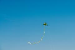Красочное летание змея на небе лета голубом Стоковое Изображение