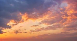 Красочное живое драматическое небо с пурпуром к оранжевым облакам время захода солнца рискованного предприятия выдержки вектор пр стоковое фото rf