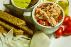 Красочное, здоровое погружение авокадоа еды, тост Брауна с оливковым маслом, уксусом яблочного сидра, томатами вишни, луком с тун стоковые фотографии rf