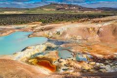 Красочное земное вполне минералов на вулканической горе, Исландии Стоковое Изображение RF