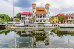 Красочное изображение старых зданий и отражения на воде с предпосылкой облачного неба, старой зоной туризма города стоковое изображение