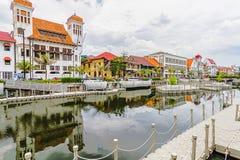 Красочное изображение старых зданий и отражения на воде с предпосылкой облачного неба, старой зоной туризма города стоковые изображения rf
