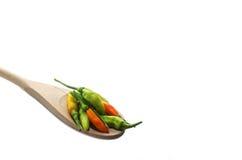 Красочное изолированное смешивание перцев на деревянной ложке, Стоковое Изображение
