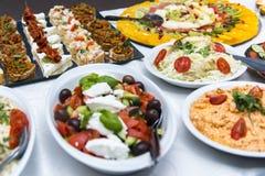 Красочное канапе с овощами и мясом на плите шифера Стоковая Фотография RF
