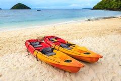 Красочное каное 2 на пляже Стоковое Изображение RF