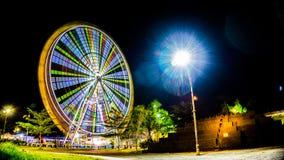Красочное колесо потехи в ноче стоковые изображения