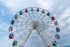 Красочное колесо ferris против голубого неба Стоковое Изображение RF