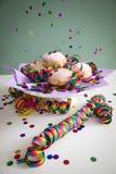 Красочное летание confetti на донутах Pfannkuchen Krapfen берлинца для того чтобы отпраздновать канун масленицы или новых yearстоковое изображение rf