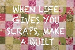 Красочное лоскутное одеяло с положительной воодушевляя цитатой стоковые изображения