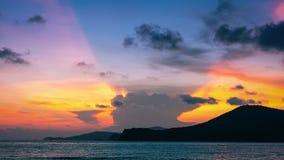 Красочное небо захода солнца на пляже Стоковые Изображения