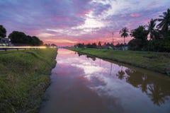 Красочное небо с облаками во время захода солнца на канале стоковые изображения rf