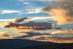 Красочное образование облака на заходе солнца стоковое изображение