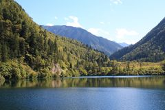 Красочное озеро в национальном парке Jiuzhaigou Сычуань Китая Стоковая Фотография