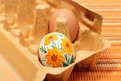 Красочное пасхальное яйцо в зеленой чашке. Белая предпосылка Стоковая Фотография