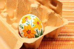 Красочное пасхальное яйцо в пакете коробки Стоковая Фотография RF