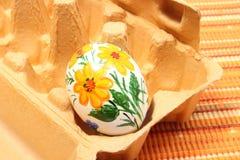 Красочное пасхальное яйцо в пакете коробки Стоковое фото RF