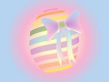 Красочное пасхальное яйцо с предпосылкой смычка Стоковые Фотографии RF