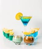 Красочное питье в комбинации стекла Мартини, голубых и зеленых, t Стоковые Изображения RF