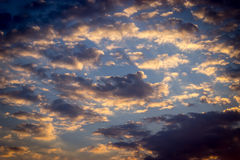 Красочное драматическое небо с облаками на заходе солнца Стоковое Изображение RF
