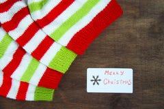 Красочное рождество красное, белизна и зеленый цвет связали картины шляпы хелпера Санта Клауса, естественной шерсти, handmade вяз стоковое фото rf