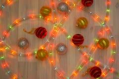 Красочное рождество на деревянном поле с гирляндами и ярким блеском Стоковая Фотография