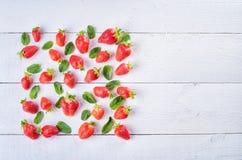 Красочное сладостное смешивание плодоовощ клубники и зеленых листьев мяты o Стоковые Фото