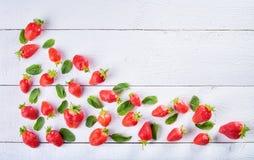 Красочное сладостное смешивание плодоовощ клубники и зеленых листьев мяты Стоковые Изображения