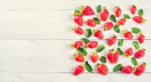 Красочное сладостное смешивание плодоовощ клубники и зеленых листьев мяты Стоковое Изображение